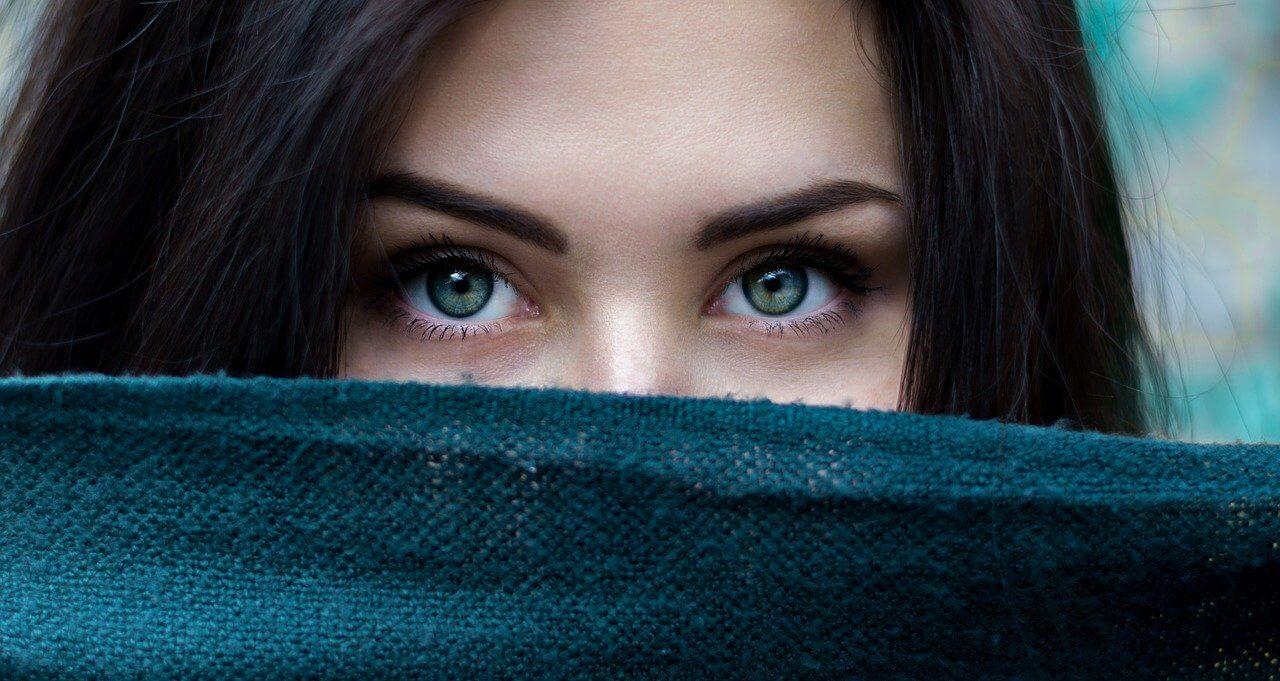 Gepflegte und schöne Augenbrauen durch Fadentechnik in München